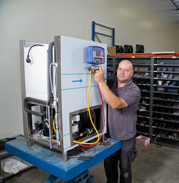 Chris werkt aan een waterkoeler voor een productieproces.